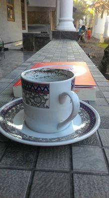 kopi pagi di teras rumah